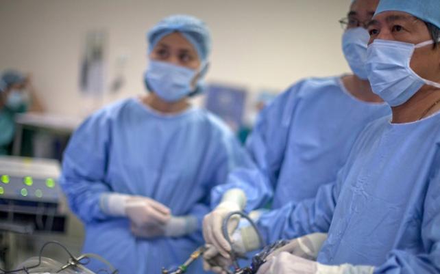 Nữ giới bị u nang buồng trứng có phải mổ không