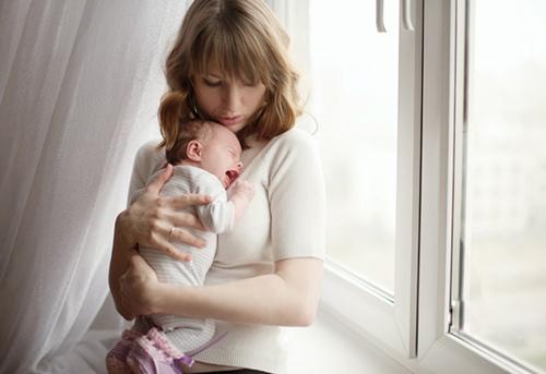 Sau sinh bị rối loạn nội tiết tố chị em cần làm gì